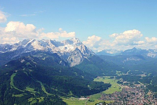 Blick über Garmisch auf die Zugspitze